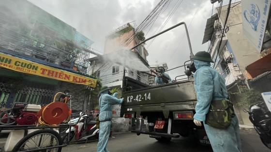 Quân đội phun khử khuẩn tại quận Gò Vấp, quận 12 ảnh 11