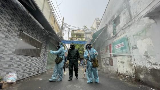 Quân đội phun khử khuẩn tại quận Gò Vấp, quận 12 ảnh 10