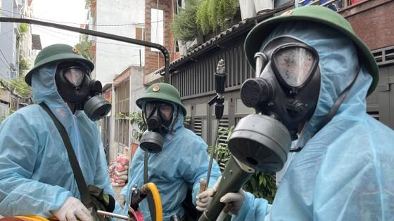 Quân đội phun khử khuẩn tại quận Gò Vấp, quận 12 ảnh 15