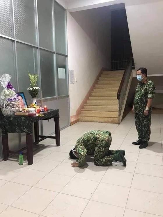 Không được về nhà nhìn mẹ lần cuối, một chiến sĩ bái vọng mẹ trong khu cách ly ảnh 1