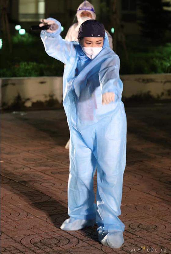 Cẩm Vân, Phương Thanh, Tóc Tiên… mặc đồ bảo hộ, hát ở bệnh viện dã chiến ảnh 2