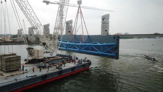 Van thép 203 tấn được lắp thành công ở siêu công trình Cái Lớn – Cái Bé ảnh 2