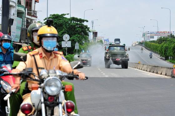 Quân đội phun khử khuẩn tại phường Thạnh Lộc, quận 12 ảnh 1