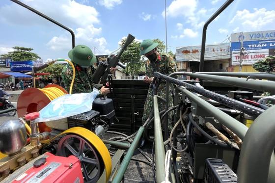 Quân đội phun khử khuẩn tại phường Thạnh Lộc, quận 12 ảnh 8