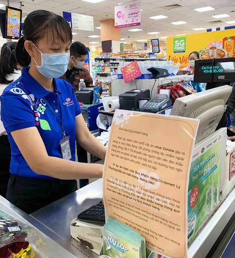 Nhân viên siêu thị, các điểm bán lẻ hàng hóa thiết yếu là đối tượng có nguy cơ lay nhiễm Covid-19 cao, vì tiếp xúc trực tiếp với nhiều khách hàng.