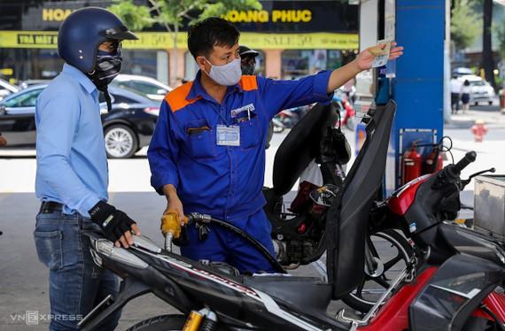 Giá xăng liên tục tăng mạnh từ giữa tháng 8 đến nay.
