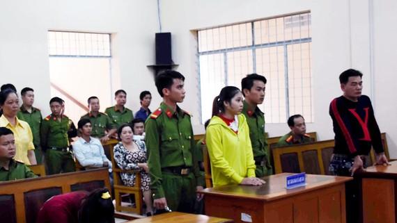 Bị cáo Trân (áo vàng) tại tòa
