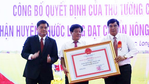Thứ trưởng Bộ NN&PTNT Trần Thành Nam trao bằng công nhận của Thủ tướng Chính phủ cho lãnh đạo huyện Phước Long
