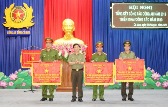 Thứ trưởng Nguyễn Văn Sơn trao Cờ thi đua của Bộ Công an tặng các đơn vị cơ sở thuộc Công an tỉnh Cà Mau