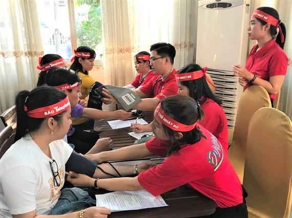 Các bạn trẻ tham gia hiến máu tình nguyện