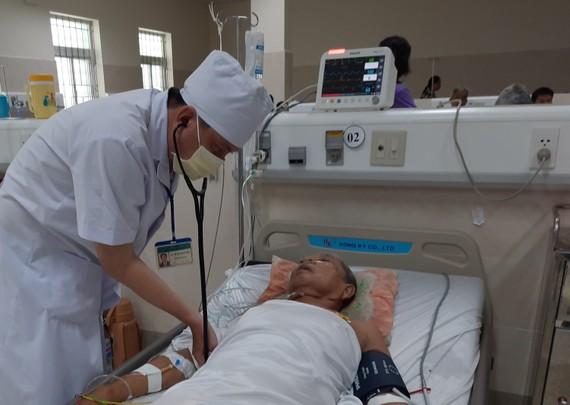 Bác sĩ Bệnh viện Đa khoa Cà Mau cấp cứu thành công cụ ông T.T.X. bị ngưng tim