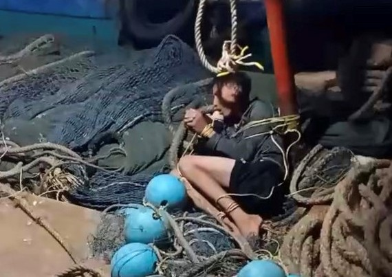 Ngư dân bị trói được cho nằm trên tàu. Ảnh: Người dân cung cấp