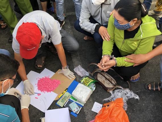 Đối tượng Nguyễn Thị Thùy Dương bị bắt cùng tang vật. Ảnh: HOÀNG GIANG