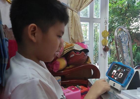 Học sinh cấp tiểu học trên địa bàn tỉnh Cà Mau học trực tuyến chiều ngày 17-9