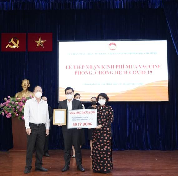 Ông Trương Khánh Hoàng - Quyền Tổng Giám đốc SCB trao bảng tượng trưng đóng góp 50 tỷ đồng
