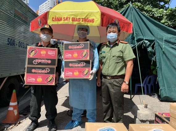 Các sản phẩm thiết yếu của Tập đoàn Masan được trao tận tay các nhân viên y tế và lực lượng công an tại các chốt chống dịch ở TP.HCM