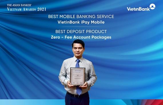 """Ông Đàm Hồng Tiến - Giám đốc khối bán lẻ VietinBank vinh dự nhận 2 Giải thưởng """"Dịch vụ ngân hàng di động tốt nhất - VietinBank iPay Mobile"""""""