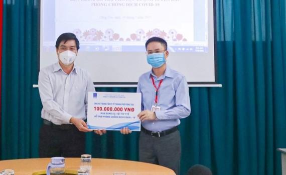 Lãnh đạo Công ty Chế biến Khí Vũng Tàu trao tặng các thiết bị y tế cho Trung tâm Y tế Vũng Tàu