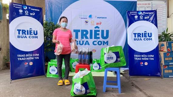 Người dân phường Bình Trị Đông, quận Bình Tân, TPHCM nhận quà hỗ trợ khẩn cấp của Quỹ hỗ trợ chương trình, dự án an sinh xã hội Việt Nam (AFV) và Tổ chức CARE Quốc tế tại Việt Nam