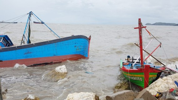 Hàng chục tàu cá bị bão đánh chìm tại cảng Hòn La (Quảng Bình).