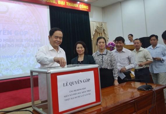 Chủ tịch Ủy ban TƯ MTTQ Vệt Nam Trần Thanh Mẫn ủng hộ đồng bào bị mưa lũ