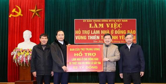 Ủy ban TƯ MTTQ Việt Nam trao 2 tỷ đồng hỗ trợ bà con vùng lũ xây nhà ở