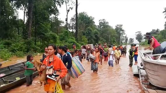 Người dân tỉnh Attapeu đi di tản sau sự cố vỡ đập thủy điện. Ảnh: REUTERS