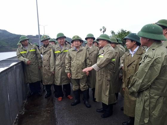 Phó Thủ tướng Trịnh Đình Dũng cùng đoàn công tác kiểm tra tình hình tại thủy điện Cửa Đạt - Thanh Hóa chiều 16-8