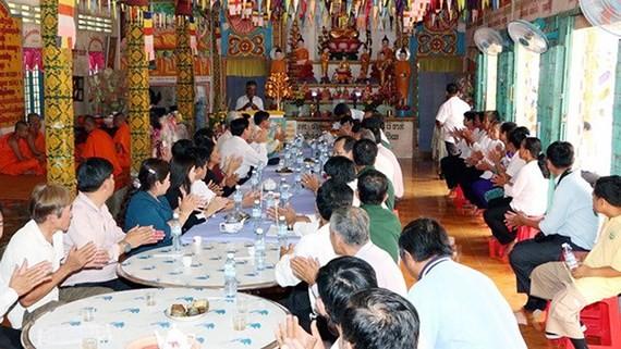 Chúc mừng Tết Chôl Chnăm Thmây tại chùa KhemMapaPhia, ấp 5, xã Vĩnh Trung, huyện Vị Thủy, tỉnh Hậu Giang. Ảnh: TTXVN