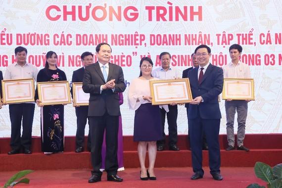 Phó Thủ tướng Vương Đình Huệ trao bằng khen cho các cá nhân