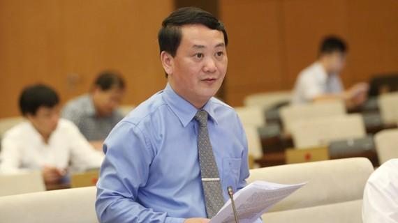 Ông Hầu A Lềnh trình bày báo cáo kiến nghị của cử tri