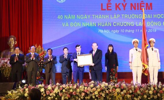 Trường Đại học Luật Hà Nội đón nhận Huân chương Lao động hạng Nhất lần thứ 2