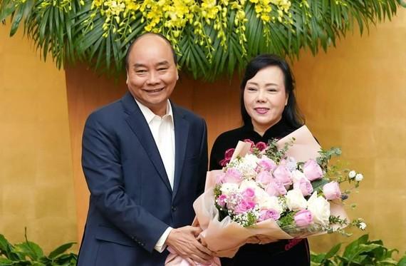 Thủ tướng Nguyễn Xuân Phúc tặng hoa chia tay bà Nguyễn Thị Kim Tiến. Ảnh: VGP