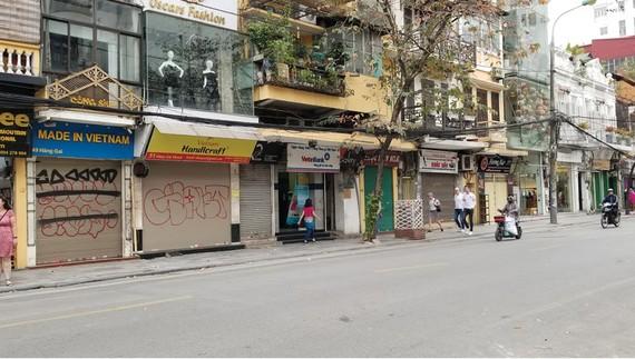 Hàng quán trên phố Hàng Gai, Hà Nội đóng cửa, tạm ngừng kinh doanh do ảnh hưởng dịch Covid-19. Ảnh: NGUYỄN QUỐC