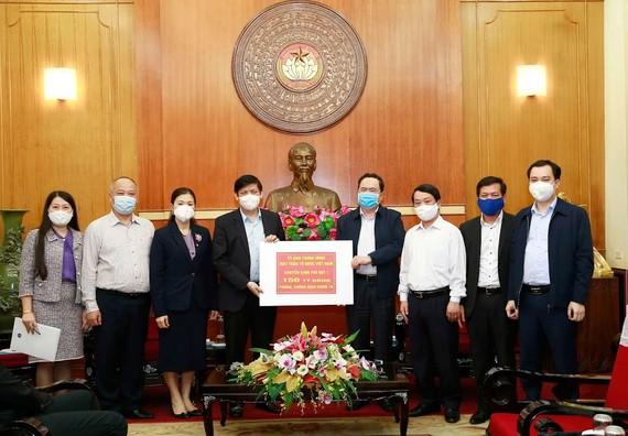 Thứ trưởng Thường trực Bộ Y tế Nguyễn Thanh Long tiếp nhận số tiền phân bổ 150 tỷ đồng