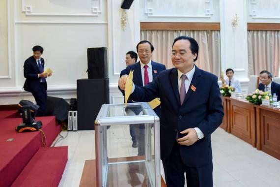 Bộ trưởng Phùng Xuân Nhạ và các đại biểu bỏ phiếu bầu Ban chấp hành Đảng bộ Bộ GD-ĐT nhiệm kỳ 2020 – 2025
