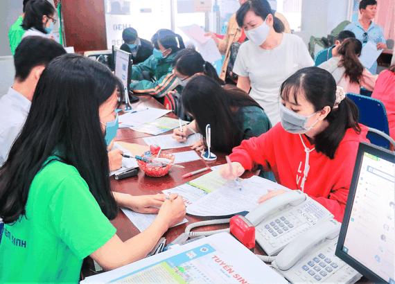 Tân sinh viên Trường ĐH Công nghiệp Thực phẩm TPHCM làm thủ tục nhập học