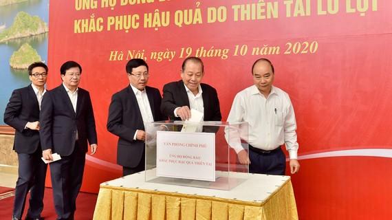 Thủ tướng và các Phó Thủ tướng ủng hộ đồng bào miền Trung. Ảnh: VGP