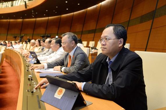 Các đại biểu Quốc hội bấm nút thông qua luật