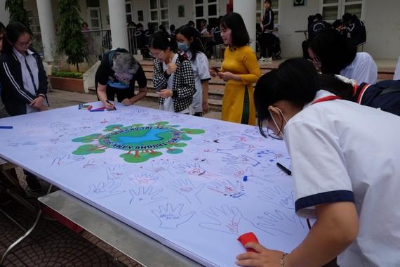 Học sinh tham gia vẽ tranh hưởng ứng bảo vệ môi trường