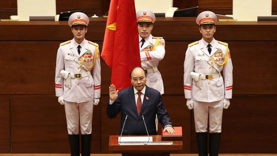 Tân Chủ tịch nước Nguyễn Xuân Phúc tuyên thệ nhậm chức. Ảnh: VIẾT CHUNG