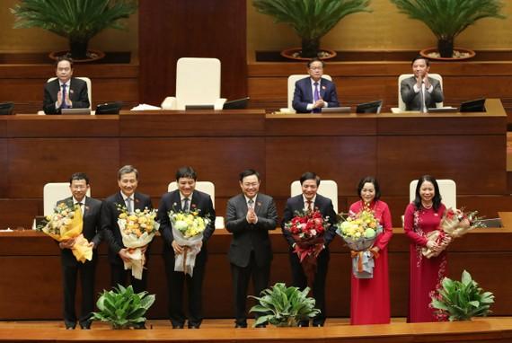 Chủ tịch Quốc hội Vương Đình Huệ chúc mừng Tân Phó Chủ tịch nước và các tân Ủy viên Ủy ban Thường vụ Quốc hội. Ảnh: VIẾT CHUNG
