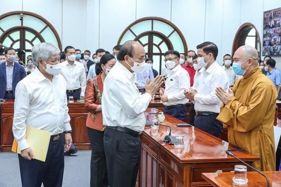 Chủ tịch nước Nguyễn Xuân Phúc thăm hỏi đại biểu. Ảnh: VIẾT CHUNG