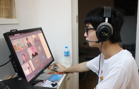 Học sinh nhiều nơi đang học trực tuyến. Ảnh: VIẾT CHUNG