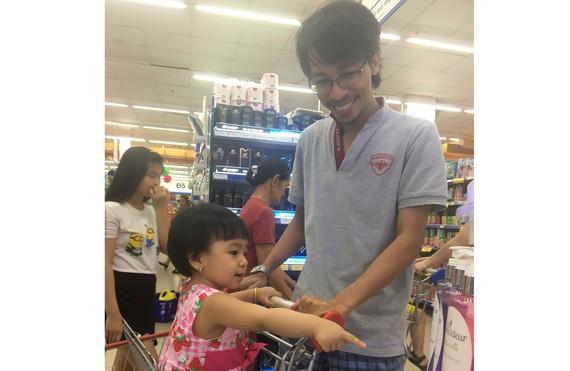 Khách hàng tham quan, mua sắm tại siêu thị Co.opMart Nguyễn Ảnh Thủ, quận 12, TPHCM.