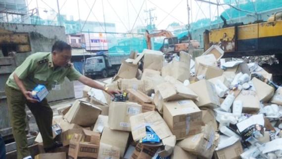 Lô mỹ phẩm nhập lậu đang chuẩn bị tiêu hủy