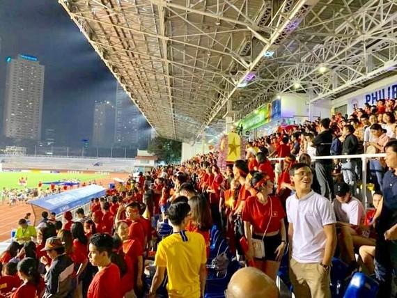 Du khách Việt cổ vũ đội tuyển bóng đá Việt Nam