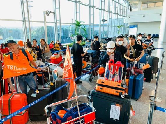 Đoàn khách Việt Nam tham quan Pháp, Thụy Sĩ, Ý những ngày đầu Xuân Canh Tý 2020
