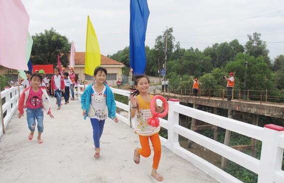 Các kiều bào đã trực tiếp đóng góp, thiết kế và xây dựng 236 cầu nông thôn tặng người dân trong cả nước