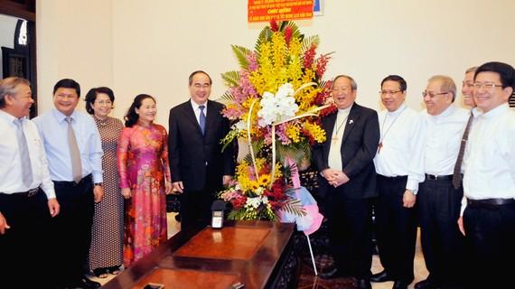 Bí thư Thành ủy TPHCM Nguyễn Thiện Nhân chúc ngài Tổng Giám mục Bùi Văn Đọc, Giám mục phụ tá Đỗ Mạnh Hùng